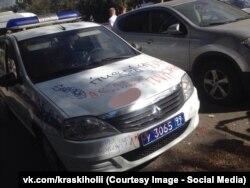Полицейский автомобиль, разрисованный участниками фестиваля