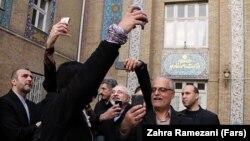 خبرنگاران در حال سلفی گرفتن با محمدجواد ظریف