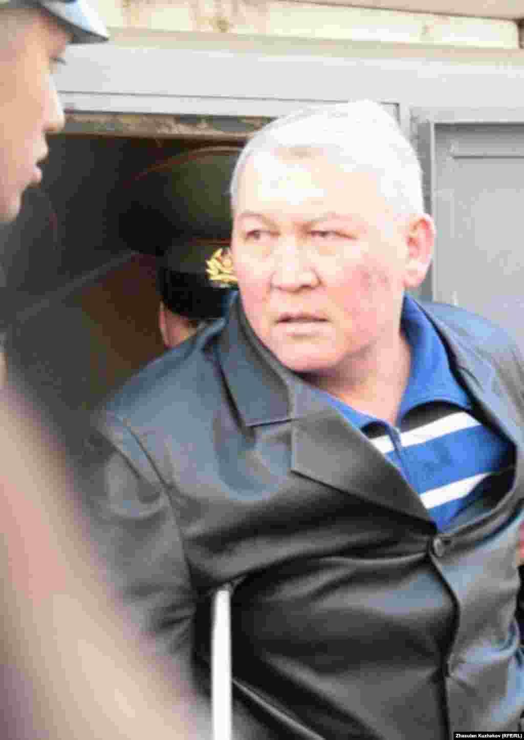 Жаксылык Доскалиев отвечает на вопросы перед зданием суда. Астана, 10 мая 2011 года.
