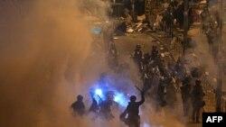 Полиция применила слезоточивый газ при разгоне манифестантов в Гонконге, 2 июля 2019
