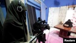 Египет -- Жалаң мусулман аялдар иштеген жаңы телеканалдын студиясында программа тартылууда. Каир, 19-июль, 2012.
