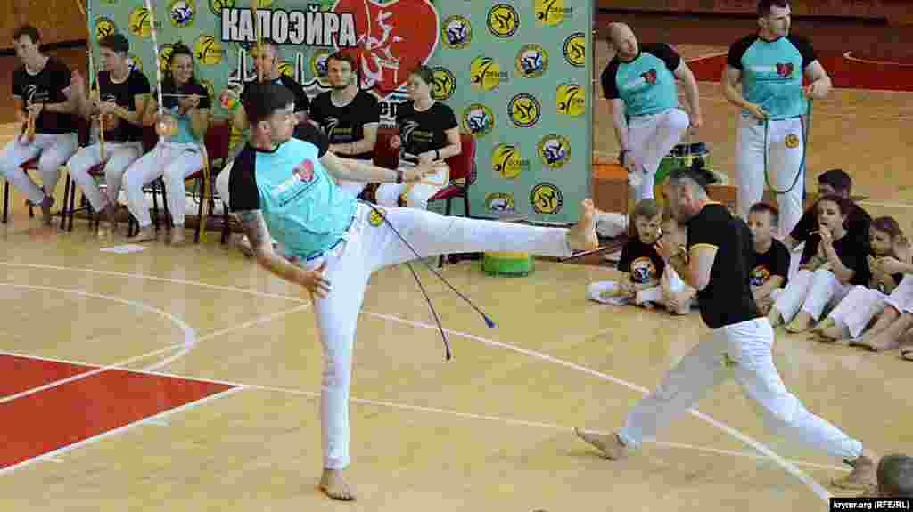 В ритме танца мастера капоэйра показывают боевые приемы