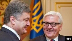 Petro Poroşenko (stânga) şi Frank-Walter Steinmeier, Kiev, 24 iunie 2014