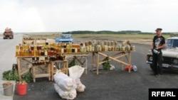 Жители поселка Боровое продают овощи, мед и грибы вдоль дороги. Июль 2009 года.