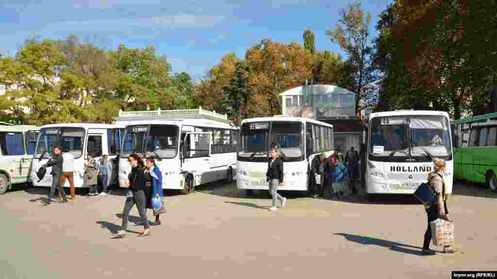 Северная сторона имеет свою собственную автостанцию, откуда рейсовые автобусы уходят в разные районы Севастополя и города Западного Крыма