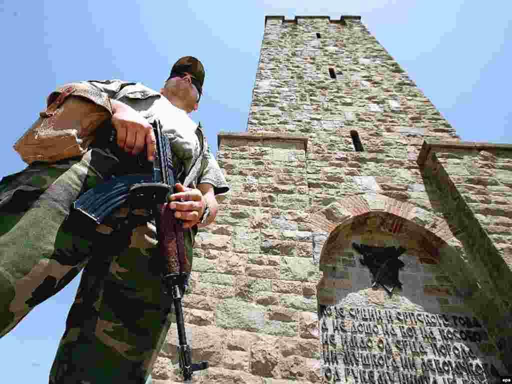 Pripadnik snaga NATO-a ispred spomenika bitke na Kosovu na Gazimestanu - Pripadnik snaga NATO-a ispred spomenika bitke na Kosovu na Gazimestanu