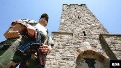 "Vojnik NATO ispred spomenika ""Bitka za Kosovo"" na Gazimestanu, arhiva"