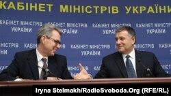Посол США Джеффрі Пайєтт і міністр внутрішніх справ Арсен Аваков, Київ, 13 березня 2015 року
