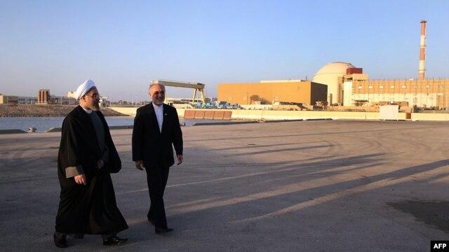 حسن روحانی، رییس جمهوری در کنار علی اکبر صالحی، رییس سازمان انرژی اتمی ایران، نیروگاه اتمی بوشهر