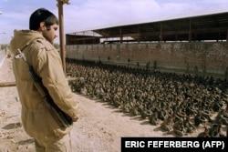 یکی از نیروهای ایرانی در حال مراقبت از نیروهای عراقی به اسارت گرفته شده در کربلای ۵