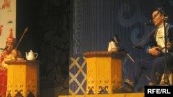 Айтыскер ақындар Күмісай Сәрсенбаева мен Бақыт Жағыпарұлының өнер сайысы. Алматы, 21 наурыз 2010 жыл.