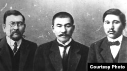 Алаш қозғалысы мен Алашорда автономиясының жетекшілері (солдан оңға) Ахмет Байтұрсынов, Әлихан Бөкейханов және Міржақып Дулатов. (Көрнекі сурет)