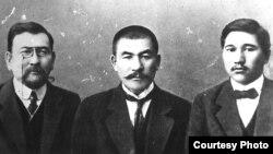 Руководители движения «Алаш» (слева направо) Ахмет Байтурсынов, Алихан Букейханов, Миржакып Дулатов.