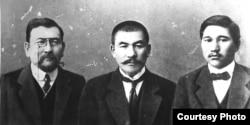 Учредителями газеты «Қазақ» и лидеры Алашординской автономии (справа налево): Миржакып Дулатов, Алихан Бокейхан, Ахмет Байтурсынов.
