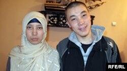 Куралай Каримбаева и Нурлан Еламанов после бракосочетания. Город Жем Мугалжарского района. 6 апреля 2010 года.