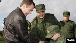 Дзьмітры Мядзьведзеў і Аляксандра Лукашэнка разам з сынам Колем падчас вучэньняў у 2009 годзе