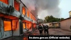 Пожежа виникла 26 червня в селі Петропавлівська Борщагівка на території складу секонд-хенду