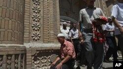 Уйгырлар җомга намазыннан соң Кашгар мәчетеннән чыга