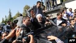Роухани Обамамен телефон арқылы сөйлескеннен кейін, оны әуежайдан қолдаушылары қарсы алды. Тегеран, 28 қыркүйек 2013 жыл.
