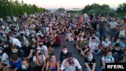 Građani u protestu sedenjem na asfaltu blokirali su jednu od glavnih saobraćajnica u Novom Sadu, 10. juli 2020.