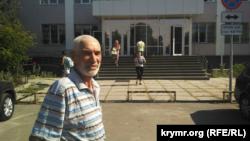 Ярикул Давлатов возле суда, 14 августа 2017 года