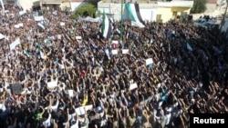 Участники акции протеста в районе сирийского города Хомс