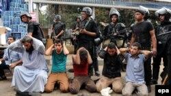 Задержанные сторонники свергнутого президента Мохаммеда Мурси, организовавшие акции протеста с требованием его возвращения к власти.