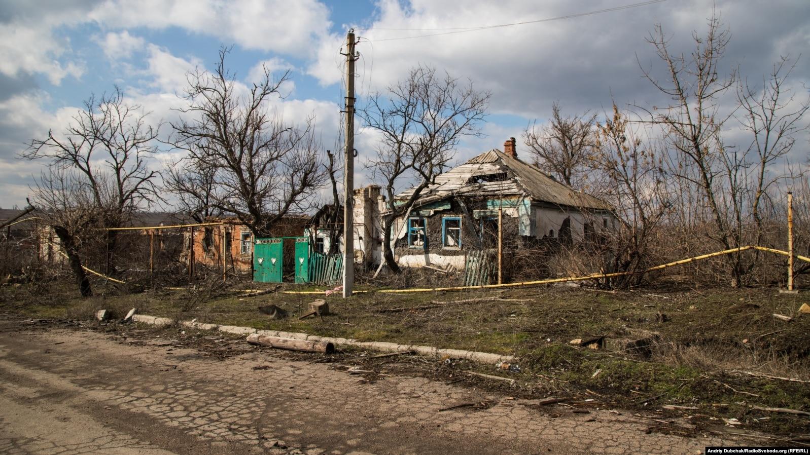 Типова українська хата у центрі села