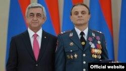Президент Армении Серж Саргсян (слева) и заместитель начальника полиции Еревана Валерий Осипян, Ереван, 21 сентября 2015 г.