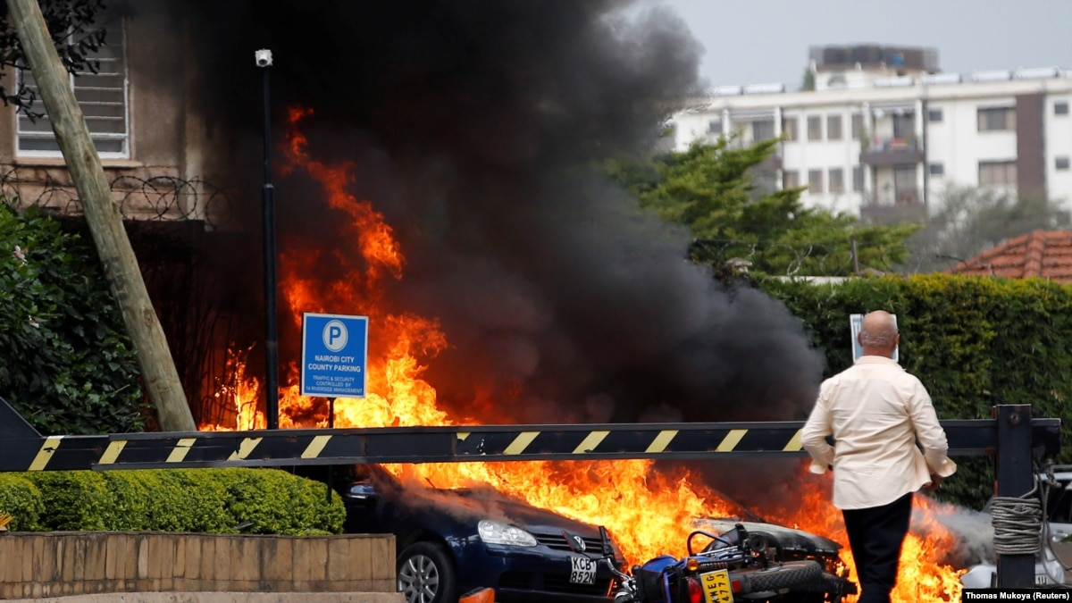 Прямо сейчас: Вооруженное нападение на отель в Найроби. Выводят людей в крови