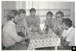 Група спеціалістів ЧАЕС святкують завершення графітової кладки у 4-му енергоблоці. 1983 рік