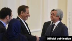 Президент Армении Серж Саргсян (справа) приветствует первого вице-президента Ирана, 15 октября 2015 г.