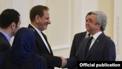 Հայաստանի նախագահ Սերժ Սարգսյանը ողջունում է Իրանի առաջին փոխնախագահ Էսհաղ Ջահանգիրիին, 15-ը հոկտեմբերի, 2015թ.