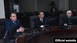 Президент Таджикистана Эмомали Рахмон (слева) на открытии Центра управления вооруженными силами. Душанбе, 21 февраля 2018 года.
