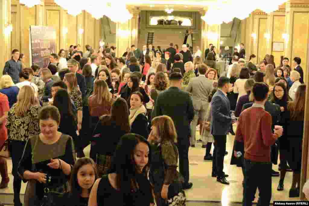 Зрители, пришедшие посмотреть спектакль «Спящая красавица» с участием звезд французского балета. Многие пришли с детьми. Среди зрителей слышна и иностранная речь – это работающие в Алматы дипломаты, бизнесмены, члены их семей.