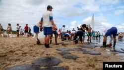 Meštani Kabo de Santo Agostinoa čiste plažu od nafte