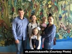 Marina Zelencova sa svojom porodicom.