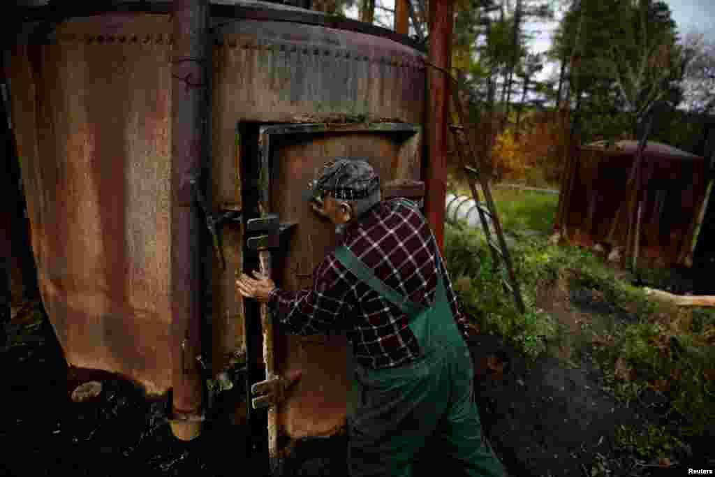 Еще 16 лет назад в горах Бещадах на границе Польши, Украины и Словакии работали свыше 50 подобных угольных баз с 600 печами. Сейчас в Польше действуют лишь около 40 печей для древесного угля менее, чем на десяти производствах