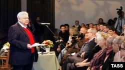 Олег Табаков выступает перед труппой МХТ имени Чехова