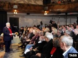 Oleg Tabakov la o reuniune a companiei sale de teatru
