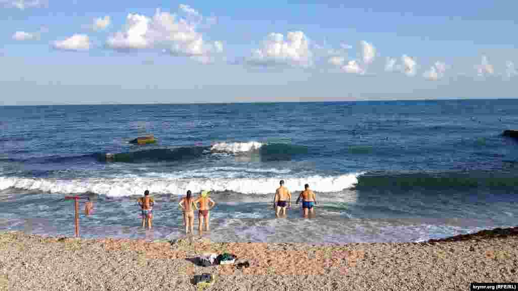 Штормові хвилі в Севастополі, які піднялися після погіршення погоди, заважають туристам купатись у морі, 15 серпня 2016 року