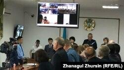Судебное заседание по делу обвиняемых в хищении нефти на мониторе.