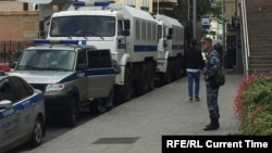 Полицейские и их служебные машины в центре Москвы. 3 августа 2019 года.