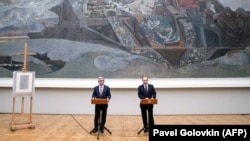 RUSSIA -- Russian President Vladimir Putin (R) and his Armenian counterpart Serzh Sarkisian speak in front of guests as they visit the exhibition of Armenian painter Martiros Saryan in the Tretyakov Gallery in Moscow, November 15, 2017