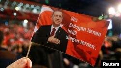 """""""Të mësosh nga Erdogan, do të thotë të mësosh se si të fitosh"""" - këtë mesazh mban një mbështetës turk i Erdoganit në Gjermani."""