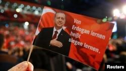 Slika Redžepa Tajipa Erdoana na zastaviti, Nemačka