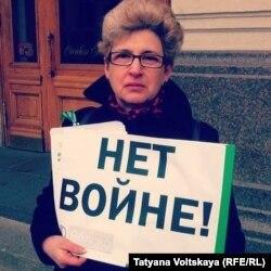Елена Виленская на антивоенном пикете