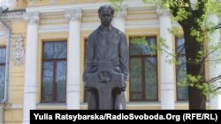 Монумент Дмитру Яворницькому перед музеєм його імені (архівне фото)