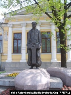 Пам'ятник на могилі академіка Дмитра Яворницького стоїть на центральному проспекті імені Карла Маркса