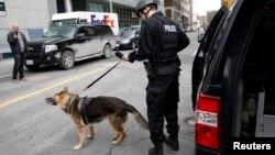 Полицейский с собакой. Канада. Иллюстративное фото.